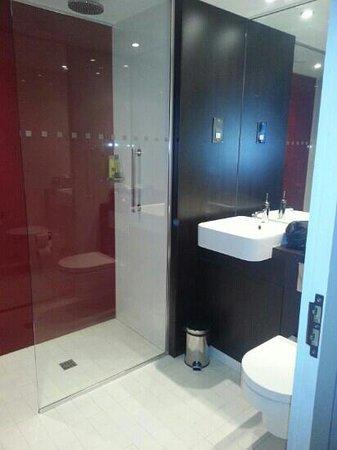 Village Hotel Farnborough: wet room