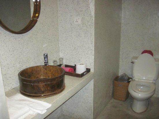 Frangipani Fine Arts Hotel: bathroom