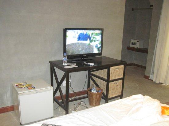 Frangipani Fine Arts Hotel: mini fridge,flatscreen tv, closet area in the far right