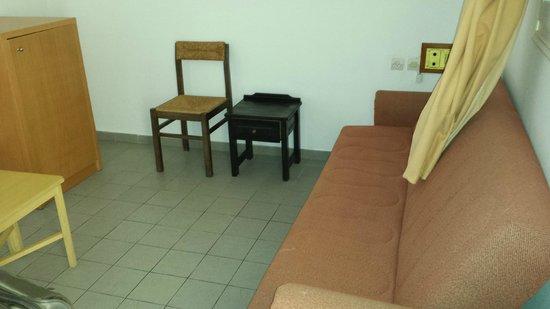 Porto Village : salotto con un divano pieno di macchie