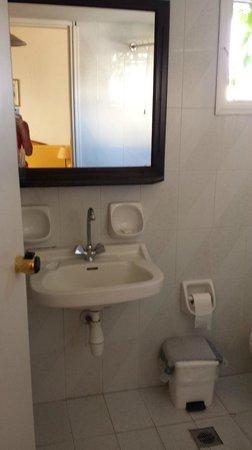 Porto Village : bagno..molto piccolo e sporco