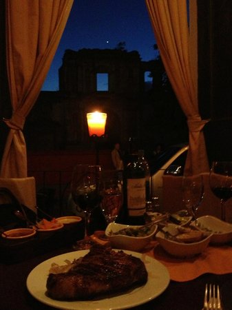 Casa Escobar Restaurant : Candlelight with delicious fore- and beautiful background