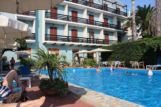 Hotel La Playa: Hotellet med dom små balkongerna mot poolen!