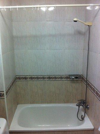 Hotel Aguila Real: Bañera sin mampara