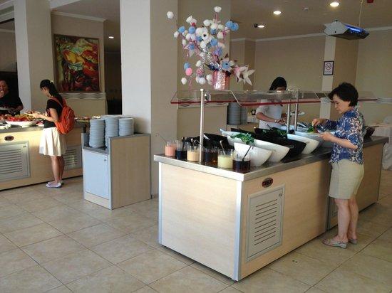 Royal Palace: Salad & dessert stations