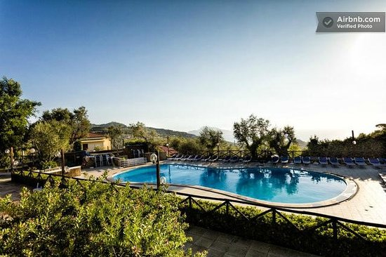 Freedom Holiday Residence: Piscina con vista su Capri