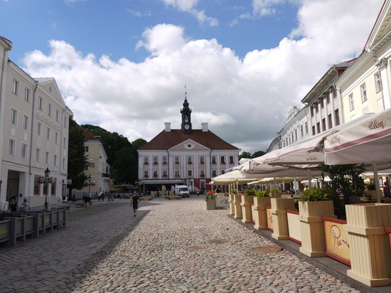 Terviseks : Rathausplatz in Tartu, Hostel rechts (graues Haus)