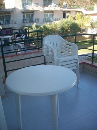 Residence Don Miguel: balcon avec mini table et vue sur le voisin