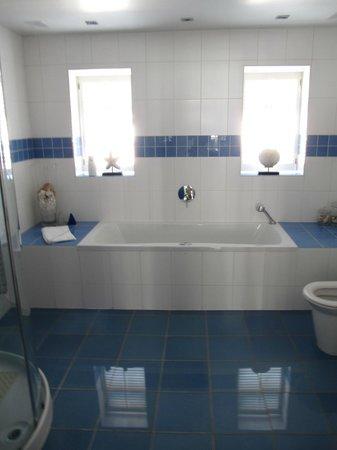 Lord Bute Hotel: Huge bathroom in the garden suite