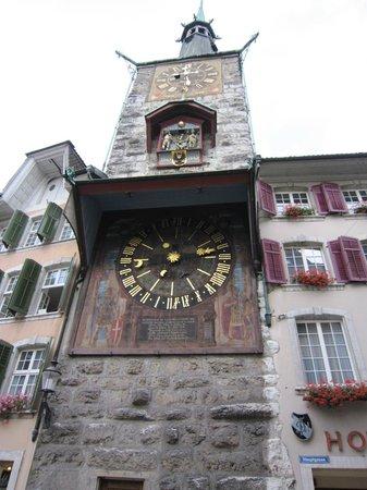 Zunfthaus zu Wirthen: Часовая башня при выходе из гостиницы