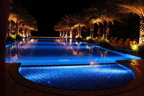 Marrakesh Hua Hin Resort & Spa: Beautiful swimming pool at night