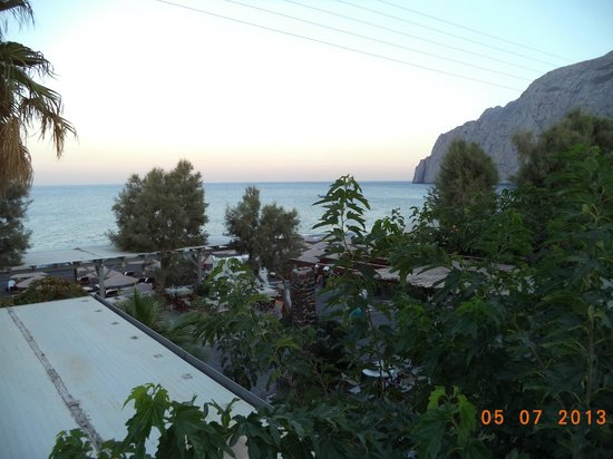 Santorini Reflexions Sea: Вид с балкона на море и гору, разделяющую Камари и Периссу (так же месяц не тот)