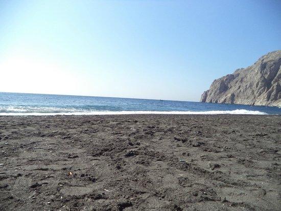 Santorini Reflexions Sea: Пляж у отеля  (месяц на фото не тот, не обращайте внимания)