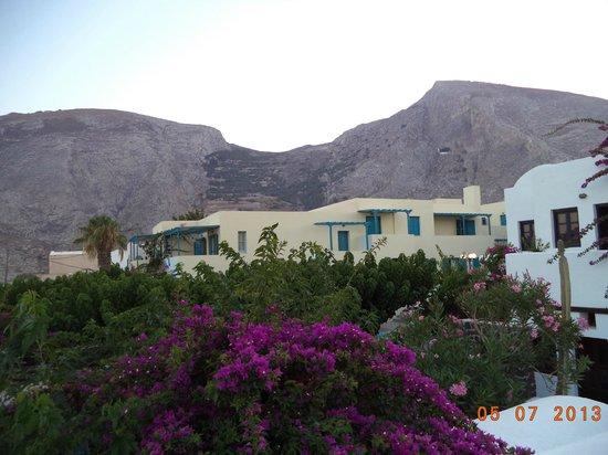 Santorini Reflexions Sea: Вид с балкона на на гору, разделяющую Камари и Периссу (месяц на фото не тот, не обращайте вним