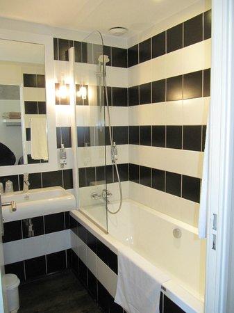 Hotel Agora : une salle de bain mignone mais très étroite