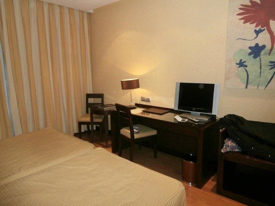 Hotel M.A. Alhamar : frontal del dormitorio con TV plana