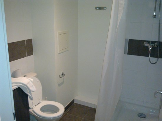 Adagio Access Strasbourg Petite France : Bathroom view