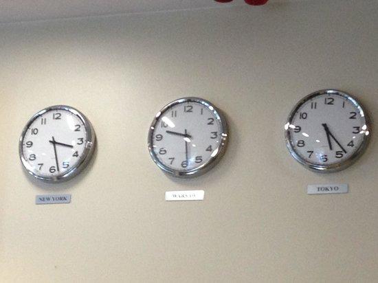 Zgoda Apartments Hotel : Reloj en la entrada