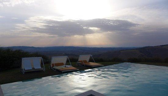 La Bandita : Sunset over pool