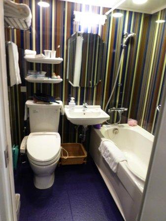 Hotel Monterey Kyoto: Colourful toilet