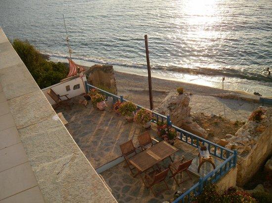 Eleni Studios: Utsikt över den lilla stranden som passar utmärkt för kvällsdopet