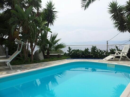Villa Virginia: unica giornata di poco sole, Santa piscina!