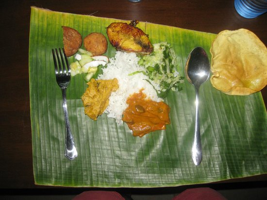 Bike and Tours Bed & Breakfast: great meal served on banana leaf