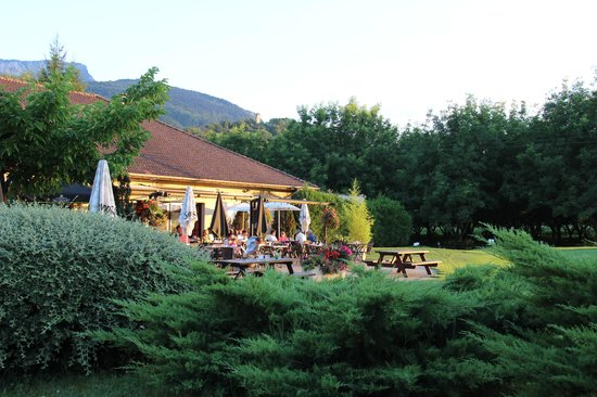 Golf Hotel Grenoble Charmeil: Patio Area