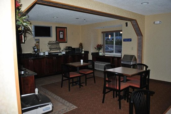 Microtel Inn & Suites by Wyndham Charleston South: Breakfast Room