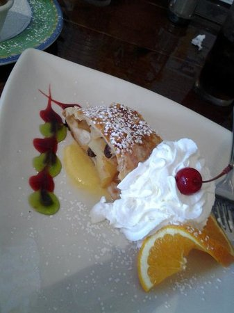 Old Castle Tavern: apple strudel