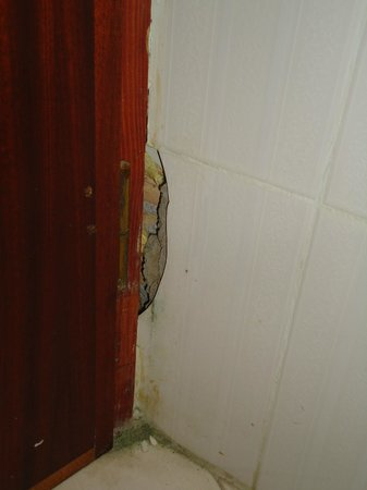 Hotel Castello Beach : Fessure dietro la porta del bagno