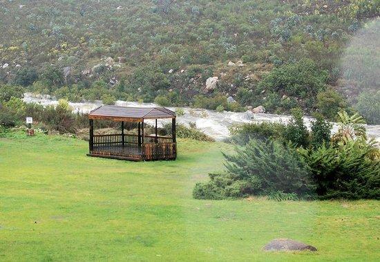 Du Kloof Lodge: Molenaars River coming down
