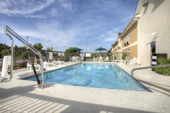 Quality Inn Fitzgerald: Outdoor Pool