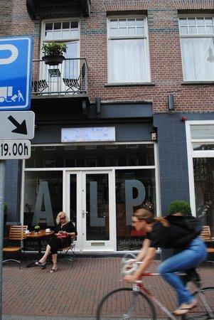 Alp Hotel Amsterdam: Street view of hotel
