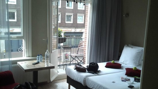 Alp Hotel Amsterdam: View from door room facing street