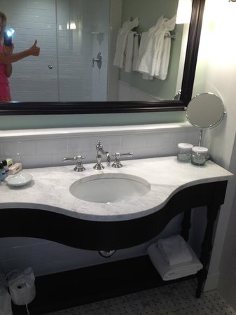 The Carolina Inn: Sparkling clean bathroom~thumbs up!