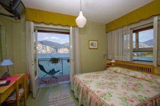 Casa Alessandra: camera con balcone vista lago