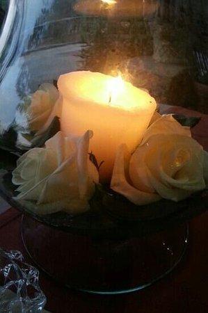 Hotel Domaine du Lac : roses fraiches et bougie sur la table