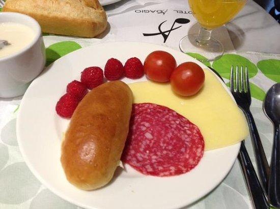 Hotel Adagio: 買ってきたフルーツとホテル朝食