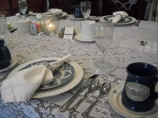Isaiah Jones Homestead Bed & Breakfast : Absolutely loved the table settings every morning. I felt so special.