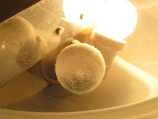 Hellenia Yachting Hotel : ampoule de la lampe murale au dessus du lit