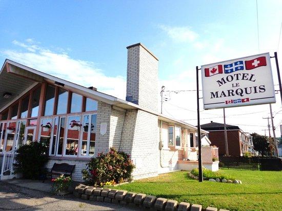 Motel le Marquis : Enseigne visible de la rue, route 138.