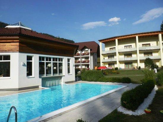 Relax & Wanderhotel Poppengut: Freibad, Blick auf die Neubauten