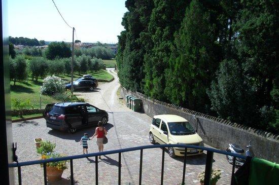 Residenza Eden: Der Blick von unserem kleinen Balkon seitlich auf die Stellplätze
