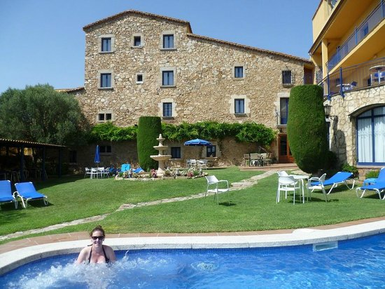 Hotel Sant Joan: The pool has cold water but 'bubbles', as visible here surrounding the pretty female
