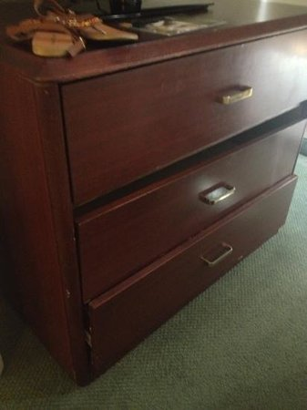Extended Stay America - Austin - North Central: broken drawers