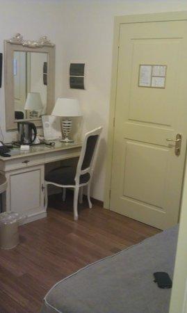 Hotel Art Atelier: Scrivania e porta d'ingresso alla camera