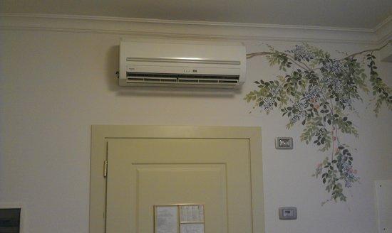 Hotel Art Atelier : Unità interna aria condizionata in camera
