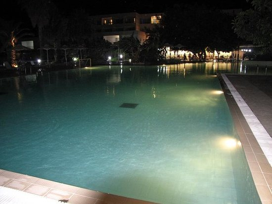 Sun Palace Resort & Spa: Main pool at night