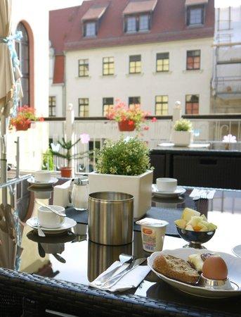 Hotel Goldener Anker: breakfast outside terrace